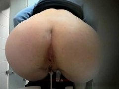 Woman with pink shaved pussy peeing