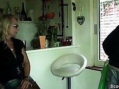 Geile Mutti mit Mega Titten zahlt ihre Schulden mit Fick