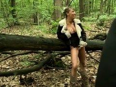 Shanaelle, 48 ans joue la cochonne dans les bois et se fait sauvagement enculer par un mec musclé