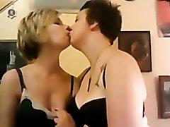 webcam lesbian kiss me