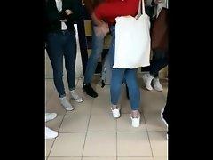 GROS CUL - Etudiante blonde #1  Mater son cul avant les cours