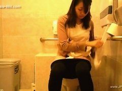 peeping taiwan girls go to toilet.3